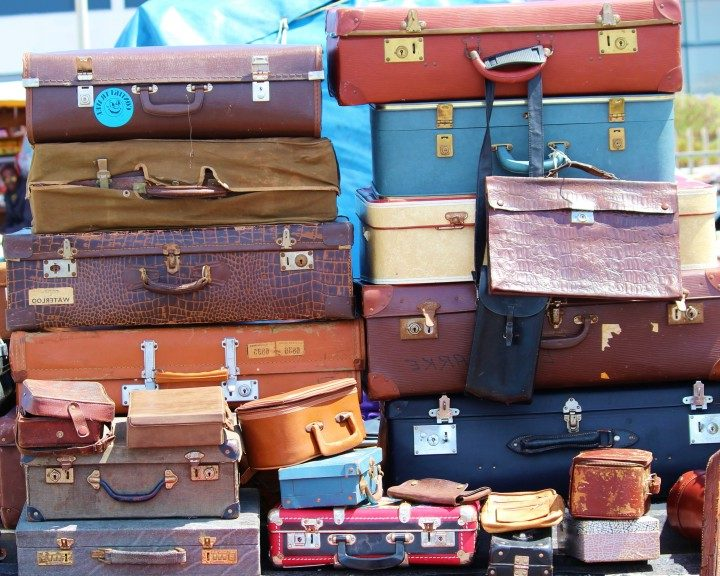 Ein Bild voller unterschiedlicher Koffer