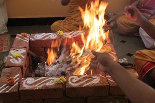 Ritualisiertes Verbrennen zum Loslassen negativer Gedanken