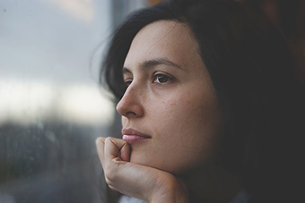 Eine Frau, die sich von ihrem Partner nicht wirklich verstanden fühlt