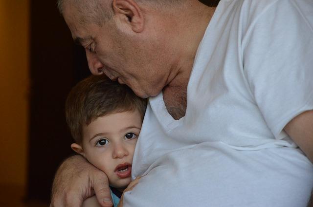 Das Kind kann sich auch beim Großvater geborgen fühlen.