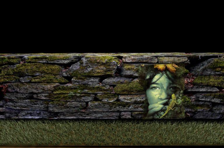 Mauer als Symbol für Widerstand mit überblendetem Gesicht, das Unbewusstes andeutet