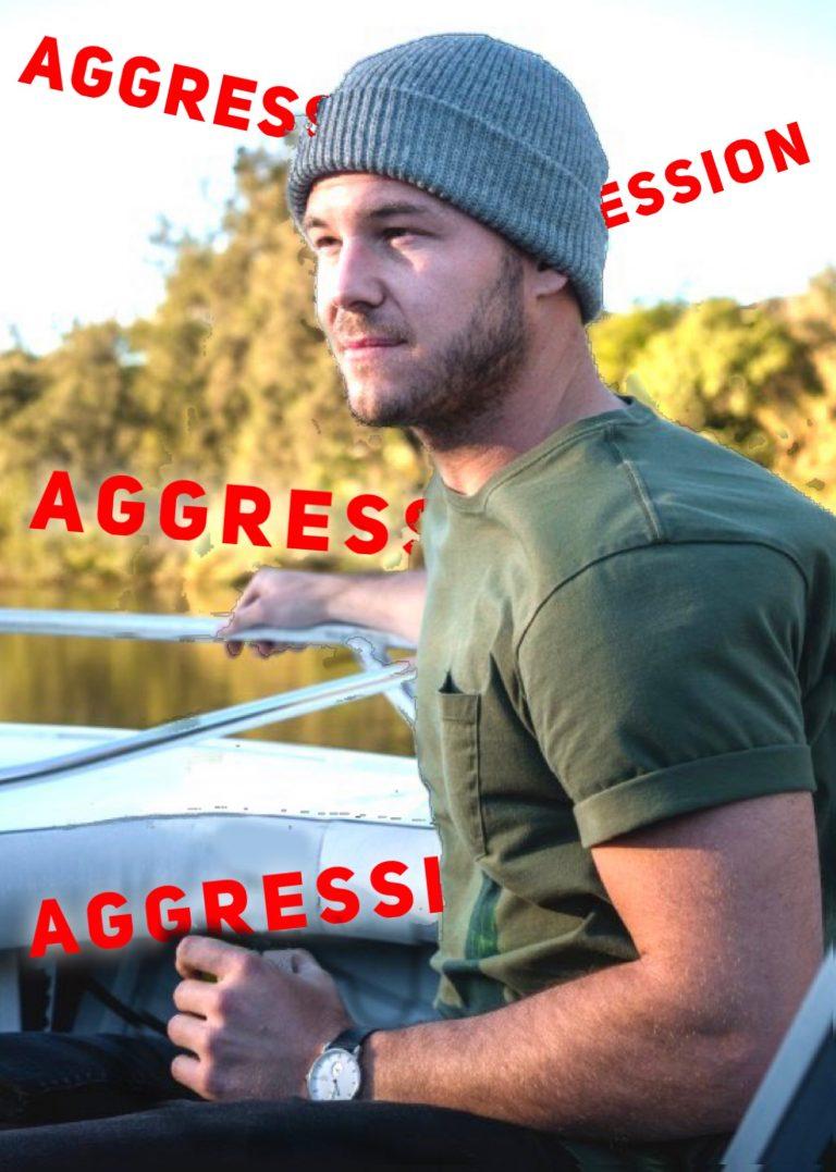 Harmloser Mann mit Schriftzügen: Aggression