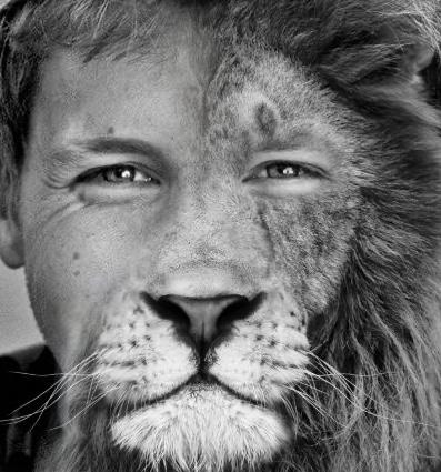 Gesicht in sw, halb Mann, halb Löwe