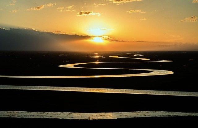 Fluss schlängelt sich dem Sonnenuntergang entgegen