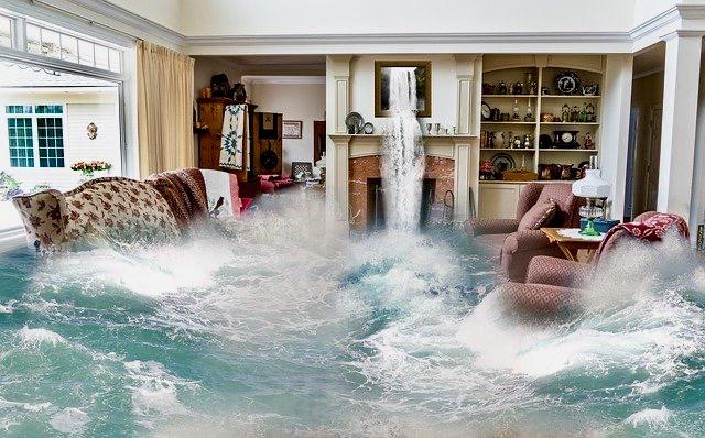 Wohnzimmer von Fluten überschwemmt