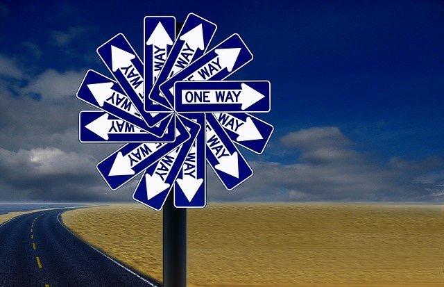 One Way Schilder im Kreis, Sonnenstrahlenartig angeordnet, als neues Straßenschild