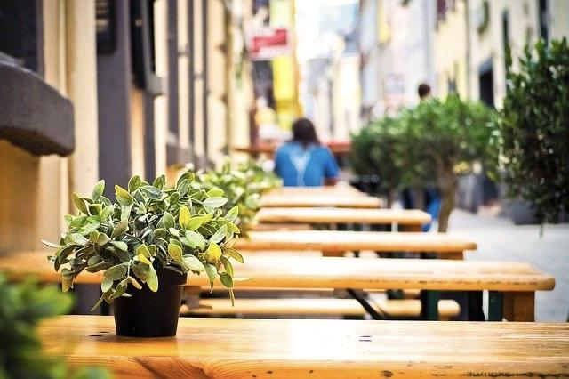 Bierzeltgarnituren vor einem Restaurant