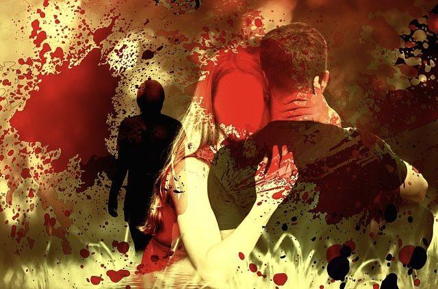 Paar in Umarmung, ihr Gesicht ist mit roter Farbe übermalt. Blutiger Eindruck.
