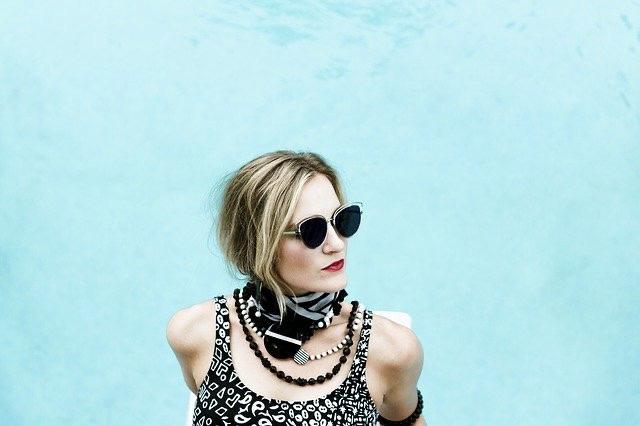 Moderne Frau mit Sonnenbrille