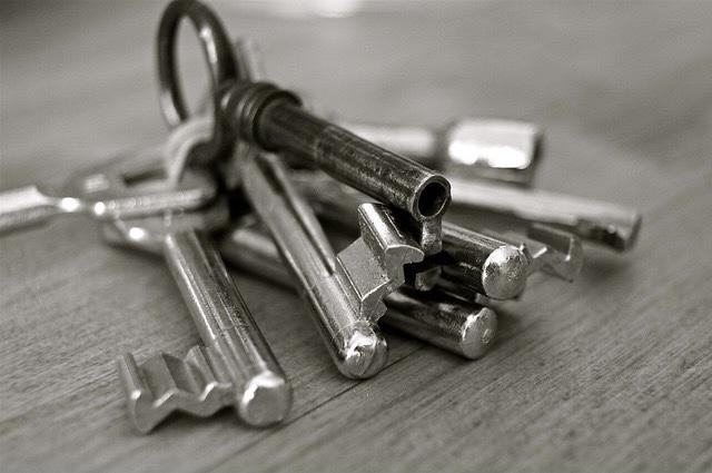 Auf Tisch liegender Schlüsselbund in schwarz-weiß