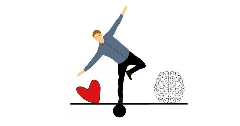 Gezeichneter Mann balanciert auf einer Waage von Herz und Hirn und verliert fast das Gleichgewicht