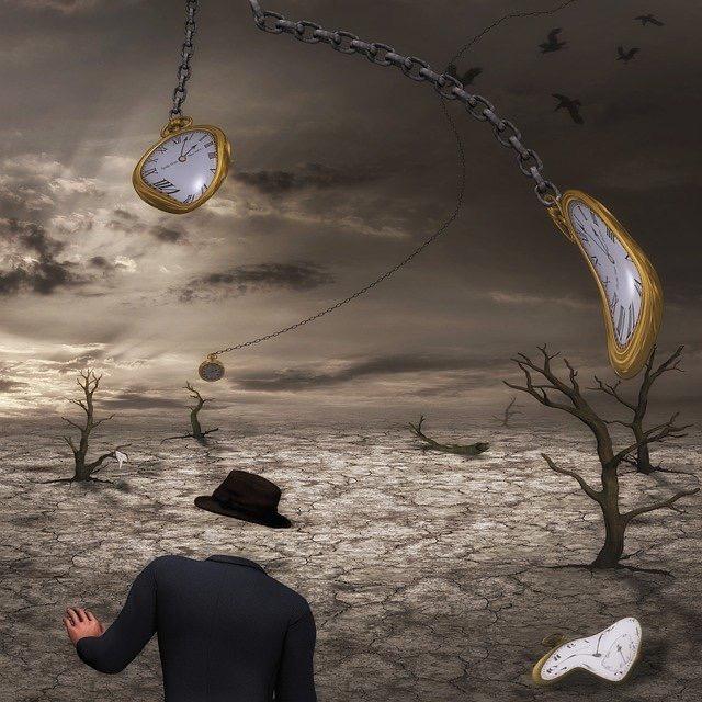 Traumlandschaft mit Mann im Vordergrund und Uhren die gebogen sind und im Raum hängen