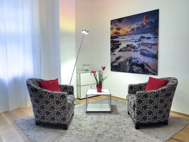 Gute Atmosphäre mit gegenüber stehenden 2 Sessel für Zwiegespräche