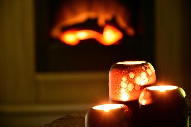 Feuer und Kerzenlicht schaffen eine gemütliche Atmosphäre
