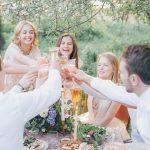 Mit Freunden und Familien sich daheim zuprosten im Social Cocooning