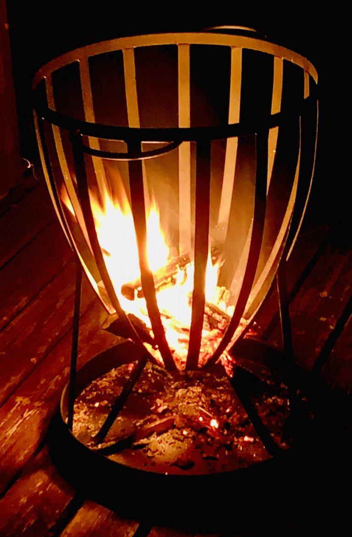 Flammen im Feuerkorb zum Verbrennen zum Verbrennen von aufgeschriebenen Gedanken, die losgelassen werden sollen