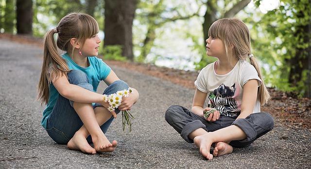Diese beiden Mädchen zeigen deutlich Interesse füreinander und jede ist ansprechbar