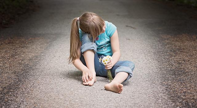 Ein Mädchen, gedankenverloren und verschlossen