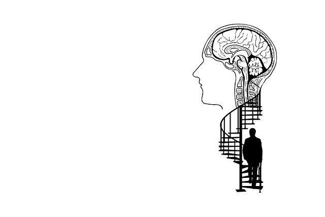 Mann erklimmt Wendeltreppe in einen Kopf mit gemaltem Gehirn