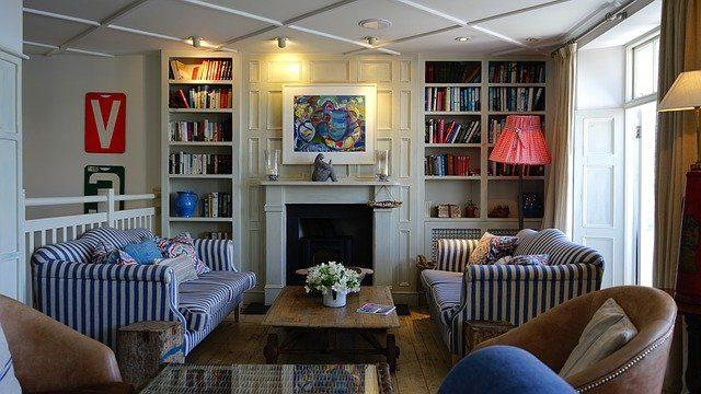 Leeres Wohnzimmer, Sofa und Stühle unbesetzt