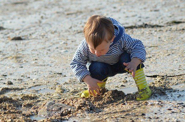 Kleinkind entdeckt das Wattenmeer