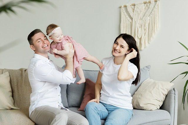 Junge Eltern spielen mit ihrem Kleinkind