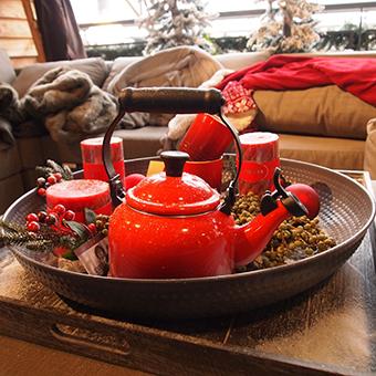 Rote Teekanne steht auf Tablett mir roten Kerzen, Gemütlichkeit
