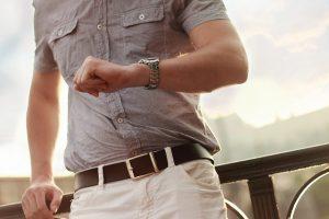 Mann schaut ungeduldig auf die Uhr