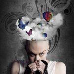 Frau verzweifelt in ein Kleidungsstück weinend,mit Kopf, der offen ist und dem Schmetterlinge und ein Heißluftballon entsteigen