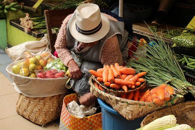 Marktstand mit Karotten und Tomaten